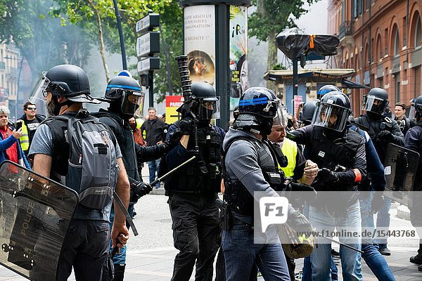 June 15  2019 - Act 31 of the Gilets Jaunes de Toulouse. This evening  on the city center have been violent encounters between the manifestants and the police.