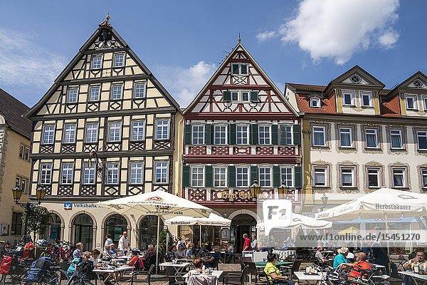Fachwerkhäuser und Restaurants am Marktplatz  Bad Mergentheim  Main-Tauber-Kreis  Baden-Württemberg  Deutschland   timber framed houses and restaurants on market square  Bad Mergentheim  Main-Tauber-Kreis  Baden-Württemberg  Germany.