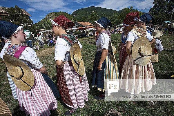 Dance by the troop l'Etoile d'Aubagne in a harvest costume. lavender party. Barrême. Alpes-de-Haute-Provence  France.