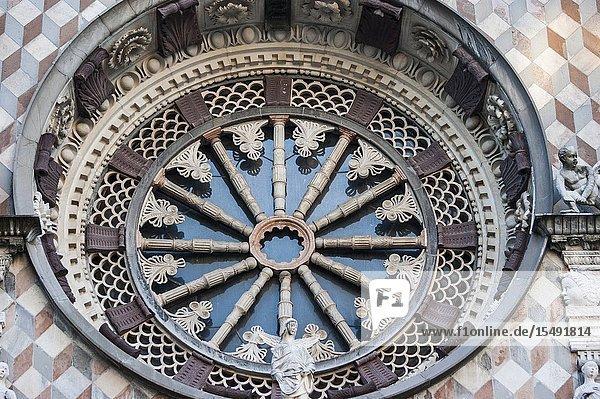 Detail of rose window on façade of Colleoni Chapel (Cappella Colleoni)  Piazza del Duomo  Upper Town (Città Alta)  Bergamo  Italy  Europe.