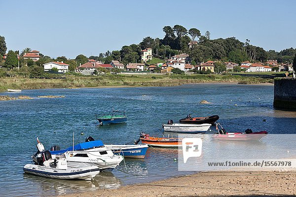 Barro  is a parish of Llanes. In 2013 the parish had a registered population of 452 inhabitants spread over 472 family homes and an area of 9. 42 km².