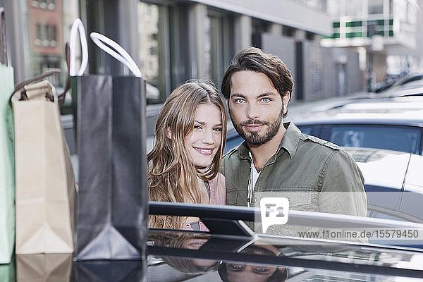 Deutschland  Köln  Junges Paar lächelnd  Porträt