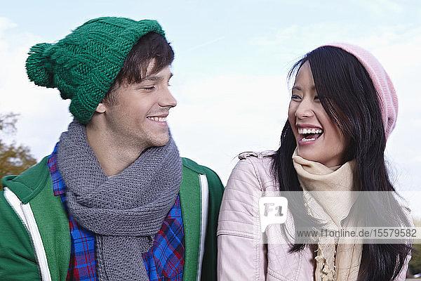 Deutschland  Köln  Junges Paar lächelt