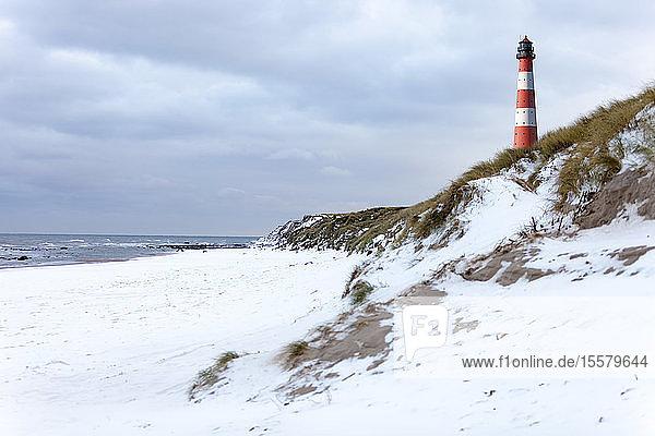 Deutschland  Schleswig-Holstein  Sylt  Strand  Düne und Leuchtturm im Winter