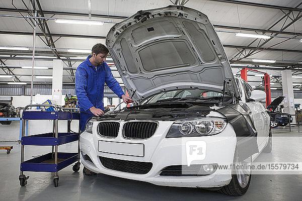 Automechaniker bei der Arbeit in der Reparaturwerkstatt