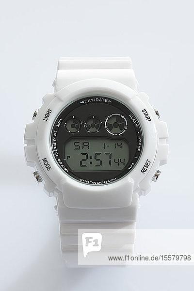 Sportliche Armbanduhr auf weißem Hintergrund  Nahaufnahme