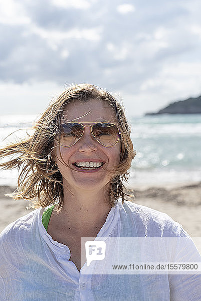 Porträt einer glücklichen Frau am Strand