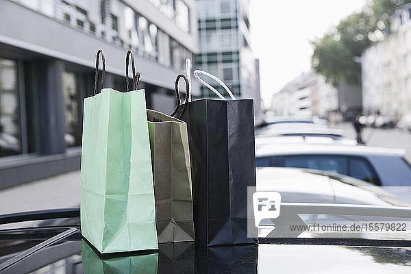 Deutschland  Köln  Einkaufstaschen auf dem Autodach