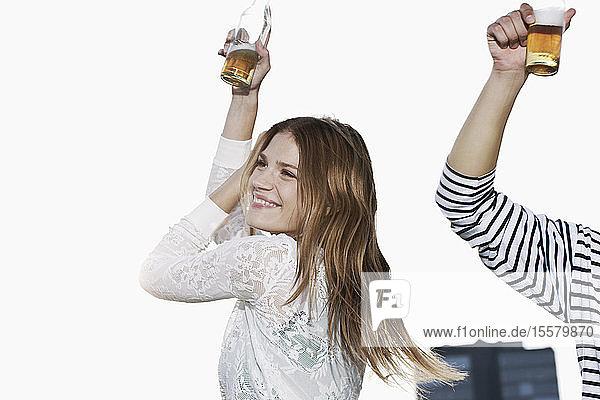Deutschland  Köln  Junges Paar mit Bierflasche  lächelnd