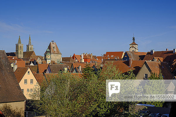 Hochwinkelansicht von Häusern und Rathausturm in Rothenburg gegen blauen Himmel  Bayern  Deutschland