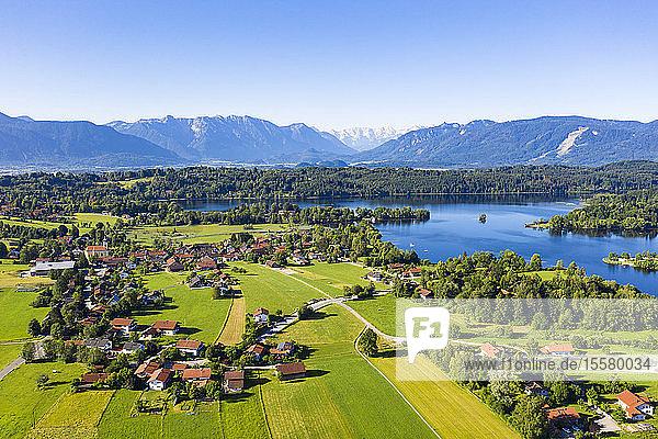 Idyllischer Blick auf das Dorf am Staffelsee bei Seehausen bei strahlend blauem Himmel  Deutschland