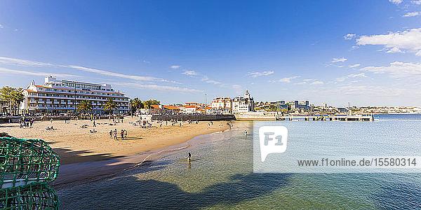Stadt am Meer gegen Himmel bei Cascais  Lissabon  Portugal