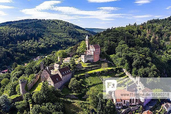 Luftaufnahme der Burg Zwingenberg auf dem Berg gegen den Himmel in der Stadt,  Hessen,  Deutschland