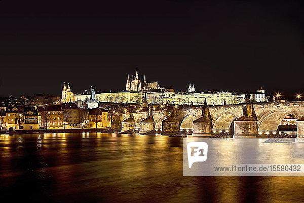 Tschechische Republik  Prag  Karlsbrücke und Prager Burg bei Nacht