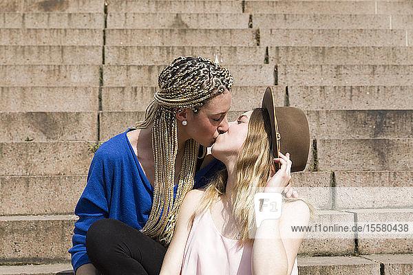 Lesbisches Paar küsst sich