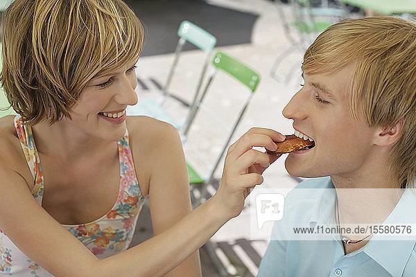 Deutschland  Junges Paar im Biergarten  lächelnd