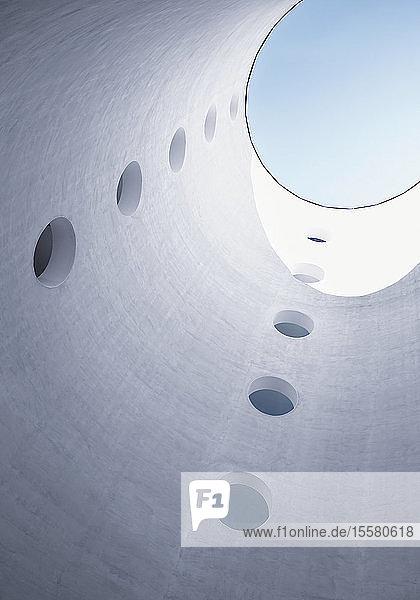 Ansicht des Himmels durch eine zylindrische Struktur