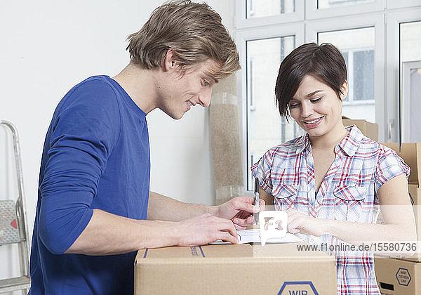 Junges Paar zieht in neues Haus