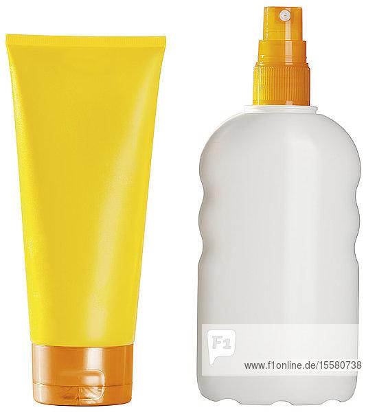Sonnenschutzspray mit Sonnenschutzcreme auf weißem Hintergrund,  Nahaufnahme