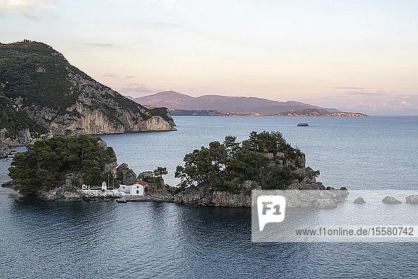 Griechenland  Küstenlandschaft bei Parga bei Sonnenuntergang
