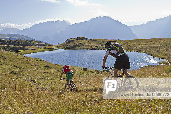 Frankreich  Dauphine  Vaujany  Radfahrer mit Mountainbike auf Feldwegen