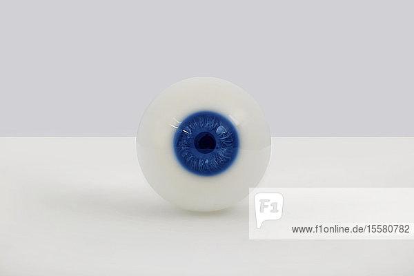Glasauge mit blauer Iris