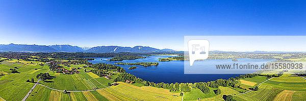 Panoramablick auf Seehausen bei strahlend blauem Himmel Bayerische Alpen in Deutschland