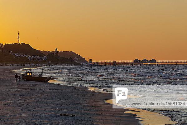 Deutschland  Insel Usedom  Ahlbeck  Sonnenuntergang am Strand