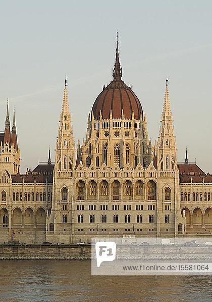 Ungarn  Budapest  Parlamentsgebäude mit Donau