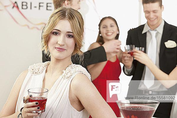 Feiern der Abschlussfeier vor einer jungen Frau