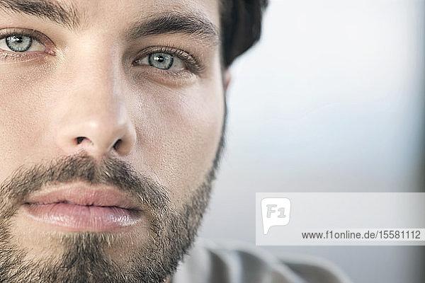 Deutschland  Köln  Porträt eines jungen Mannes  Nahaufnahme