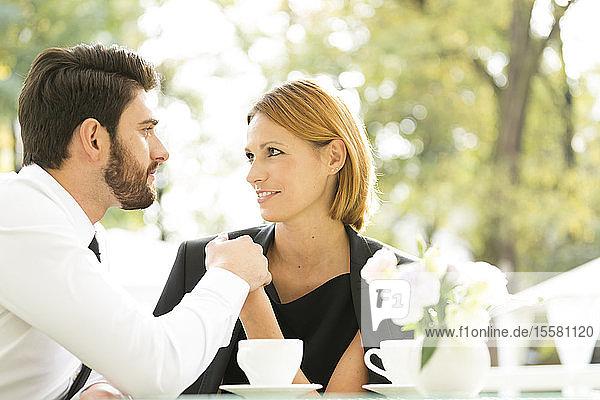 Liebespaar im Freiluftcafé