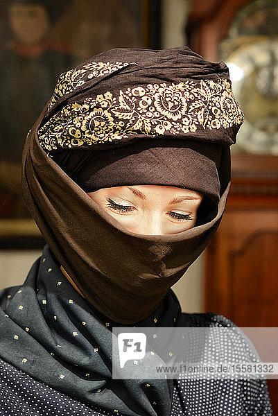 Bildnis einer muslimischen Frau  die einen Hijab mit floralem Muster trägt