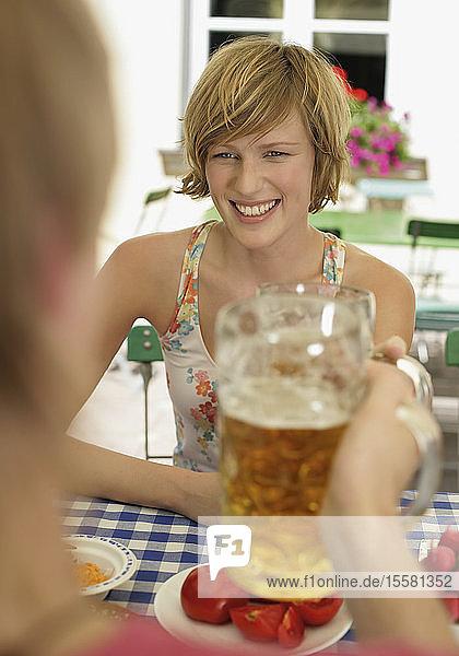Deutschland  Junges Paar im Biergarten  lächelnd Deutschland, Junges Paar im Biergarten, lächelnd