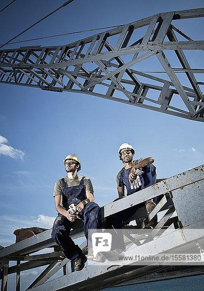 Deutschland  Augsburg  Zwei Arbeiter sitzen auf einer Stahlkonstruktion
