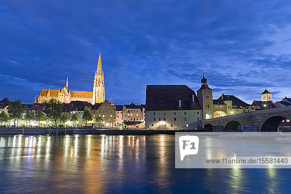 Deutschland  Bayern  Regensburg  Altstadt  Regensburger Dom und Donau zur blauen Stunde