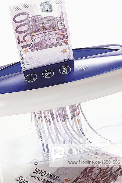 Vernichtung von 500-Euro-Scheinen durch den Aktenvernichter