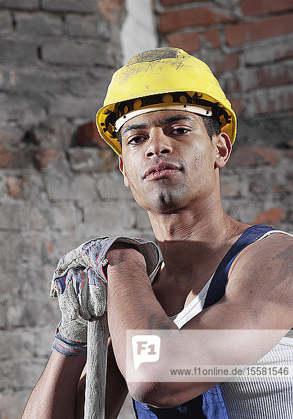 Deutschland  Bauarbeiter mit Schaufel  Porträt