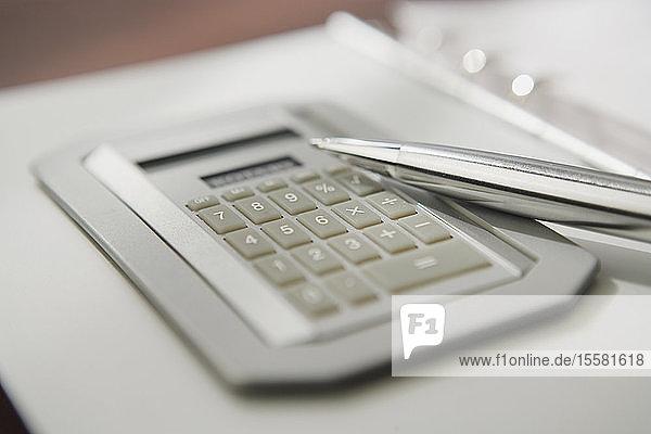 Taschenrechner mit Stift  Nahaufnahme