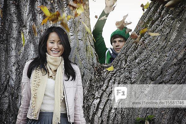 Deutschland  Köln  Junges Paar im Park  lächelnd