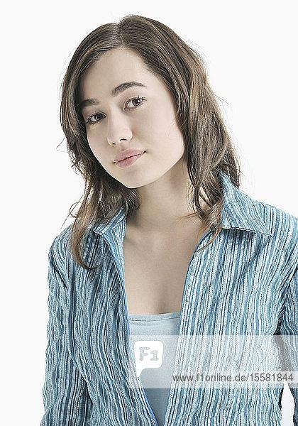 Jugendliches Mädchen in blauer Bluse  Porträt