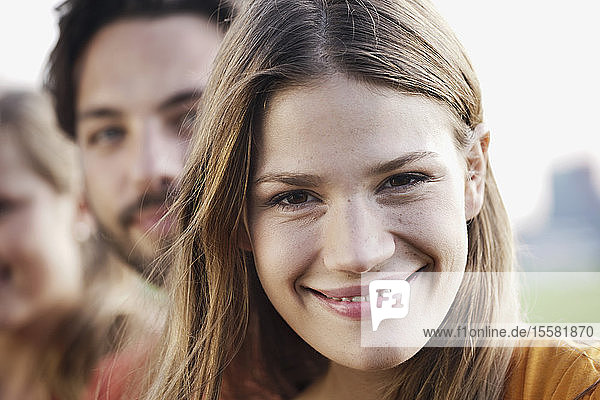 Deutschland  Köln  Junger Mann und Frau lächelnd  Nahaufnahme