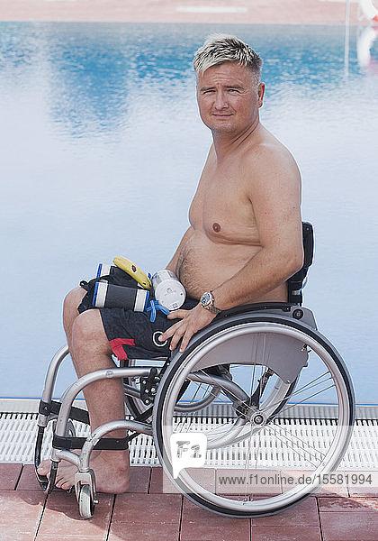 Deutschland  Ingolstadt  Behinderter Mann im Rollstuhl am Schwimmbad