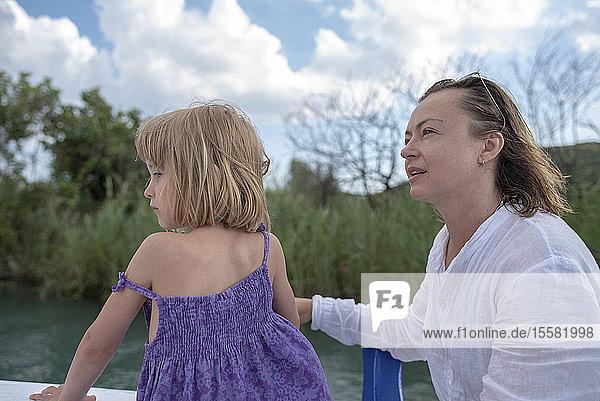 Mutter und Tochter auf einer Bootsfahrt