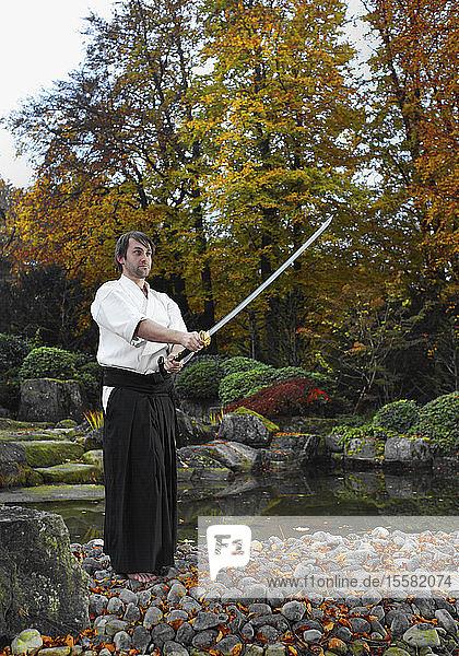 Deutschland  Augsburg  Kendo-Kämpfer beim Ausüben von Kampfsportarten