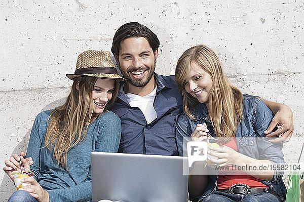 Deutschland  Köln  Junger Mann und Frau mit Laptop  lächelnd