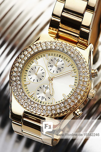 Goldene Armbanduhr mit Juwelen