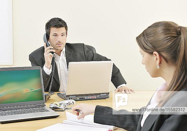 Geschäftsfrau und Mann  die im Büro arbeiten
