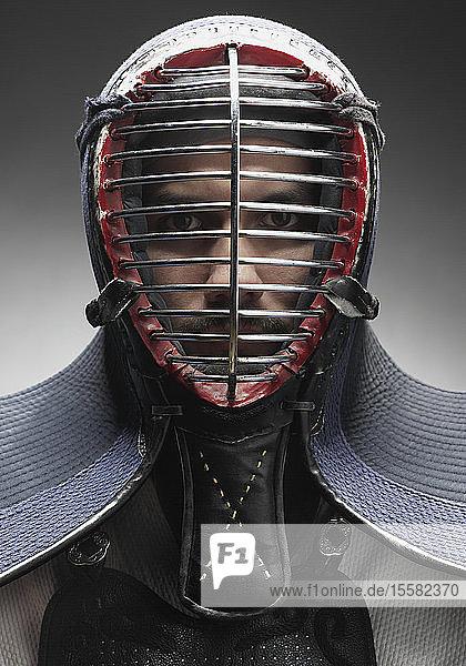 Kendo-Kämpfer mit Gesichtsmaske  Porträt