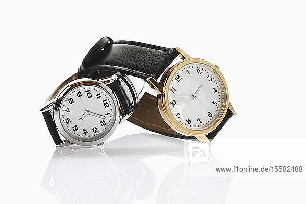Armbanduhren auf weißem Hintergrund  Nahaufnahme